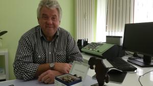 Herr Schwarz, Geschäftsführer der Roman Wagner Akustik, bei der Übergabe der Hörgeräte